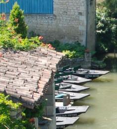 Aménagement du territoire - voie d'eau et embarcadère dans le village de La Garette dans le Marais poitevin