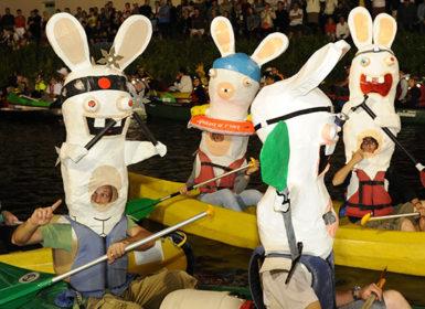 Le rallye du Marais, la plus grande manifestation nocturne de canoë-kayak en France se déroule tous les ans en juin à Coulon dans le Marais poitevin