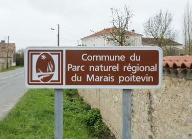 """Panneau signalétique """"Commune du Parc naturel régional du Marais poitevin"""" à l'entrée des communes du PNR"""